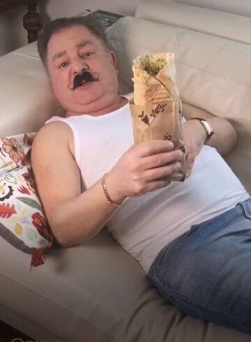 Robert Makłowicz z kebabem