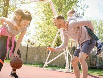Rodzice grają z dziećmi w koszykówkę, zdj. ilustracyjne