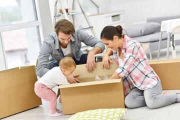 Rodzina w nowym mieszkaniu, zdjęcie ilustracyjne