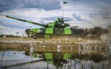 Rosyjski czołg T-72B3 szarżuje podczas zawodów wojskowych odbywających się w Moskwie