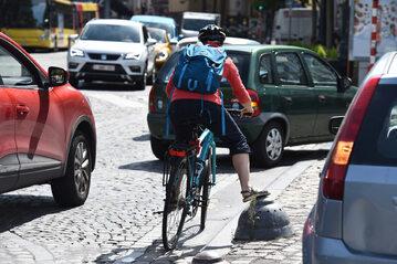 Rowerzysta w mieście (zdj. ilustracyjne)