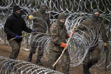 Rozkładanie drutu kolczastego na granicy z Białorusią