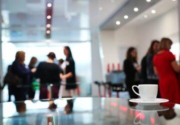 Rozmowy kuluarowe to jeden z powodów, dla których ludzie tęsknią za pracą w biurach