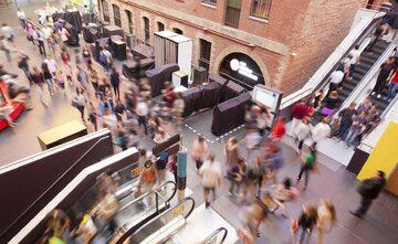 Ruchome schody w centrum handlowym