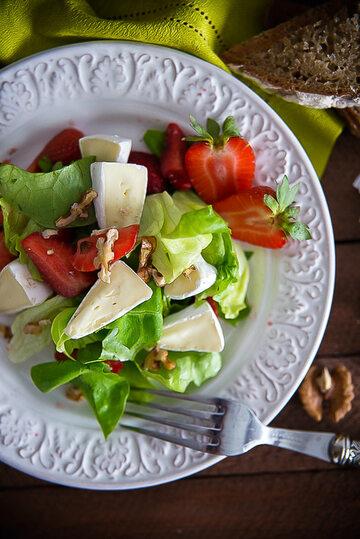 Sałata z truskawkami, camembertem i orzechami włoskimi