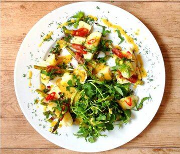 Sałatka z grillowanymi szparagami i młodymi ziemniakami