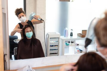 Salon fryzjerski w dobie pandemii, zdjęcie ilustracyjne