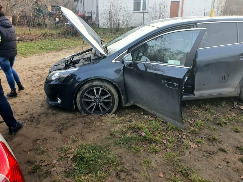 Samochód, którym uciekał poszukiwany mężczyzna