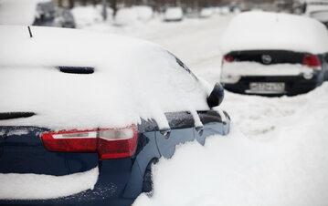 Samochód przykryty śniegiem, zdjęcie ilustracyjne