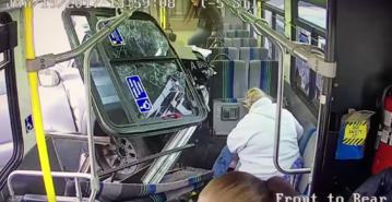 Samochód wbija się w bok autobusu