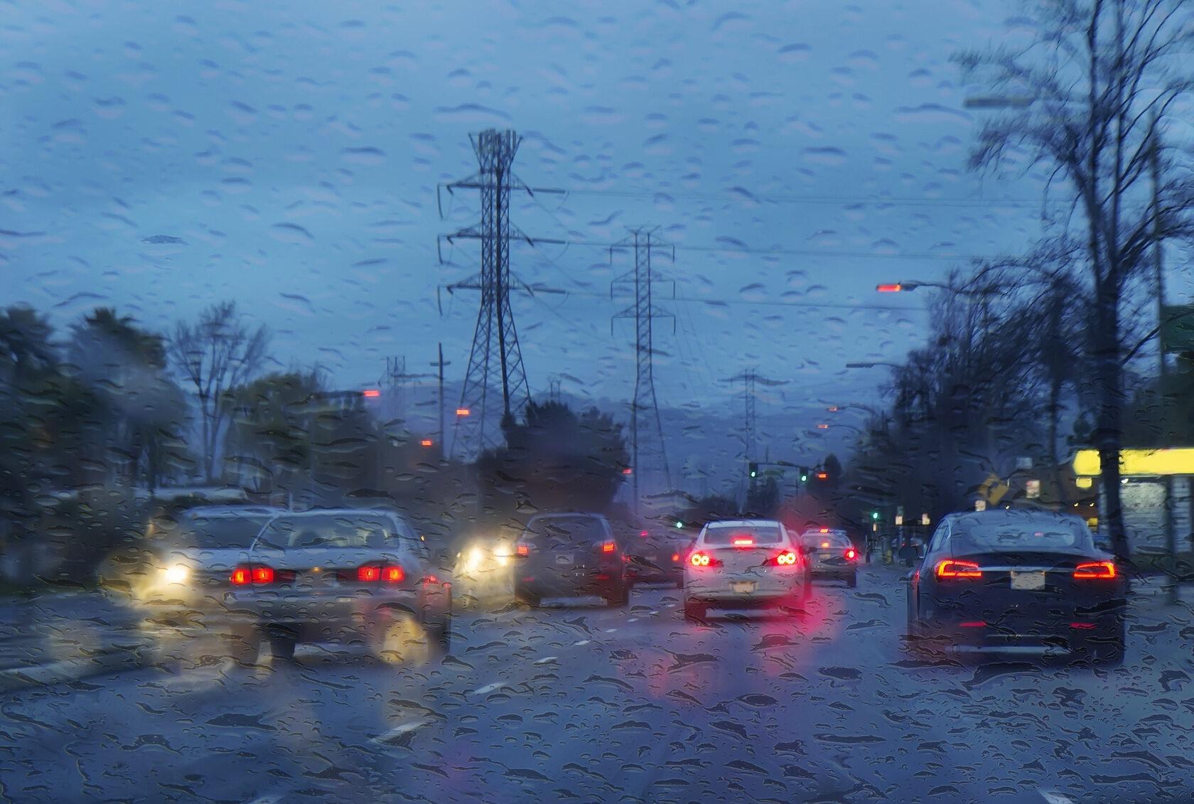 Samochody w deszczu