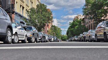 Samochody zaparkowane przy ulicy