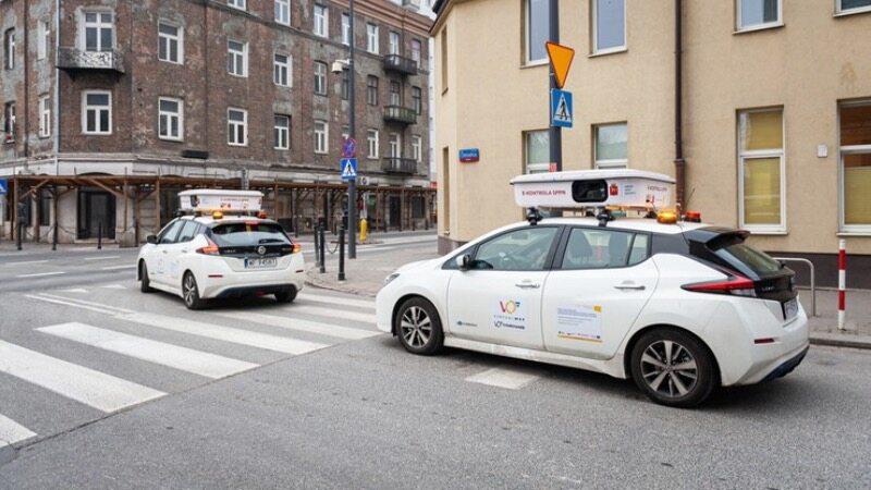 Samochody zdalnie sprawdzające opłaty parkingowe na ulicach Warszawy