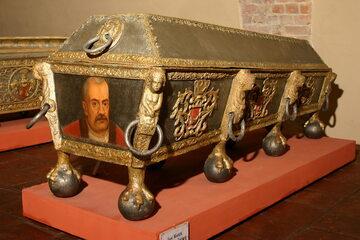 """Sarkofag Jana Karola Opalińskiego w Muzeum """"Zamek Opalińskich"""" w Sierakowie."""