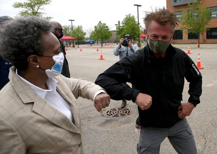 Sean Penn i burmistrz Chicago Lori Lightfoot