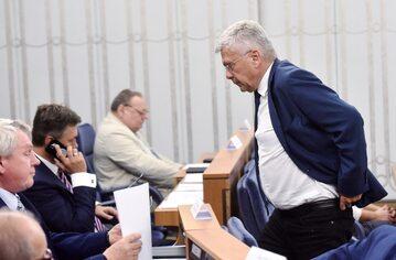 Senatorowie podczas posiedzenia izby, na pierwszym planie senator PiS Stanisław Karczewski, zdjęcie ilustracyjne