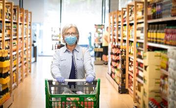 Seniorka w sklepie