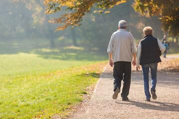 Seniorzy na spacerze, zdjęcie ilustracyjne