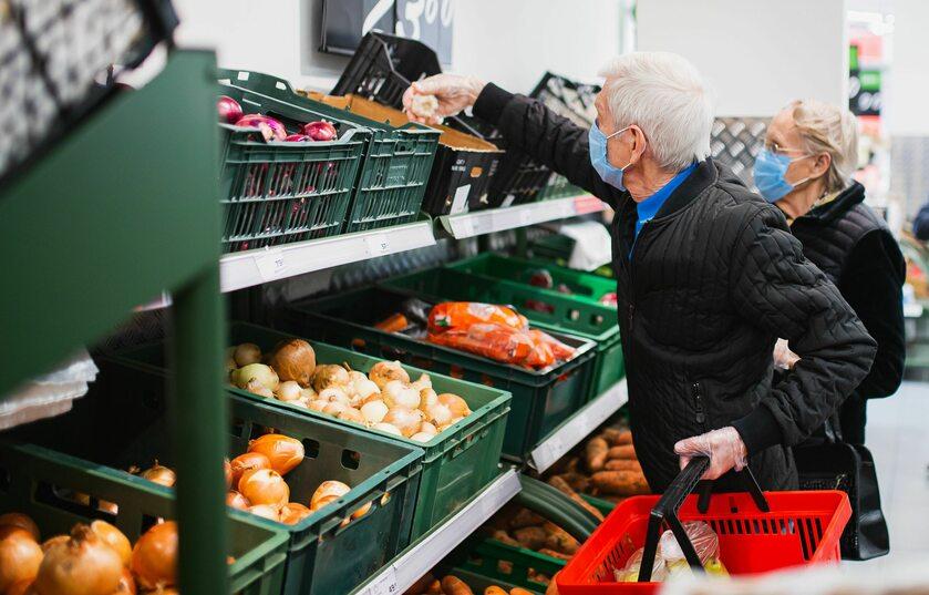 Seniorzy w sklepie, zdj. ilustracyjne
