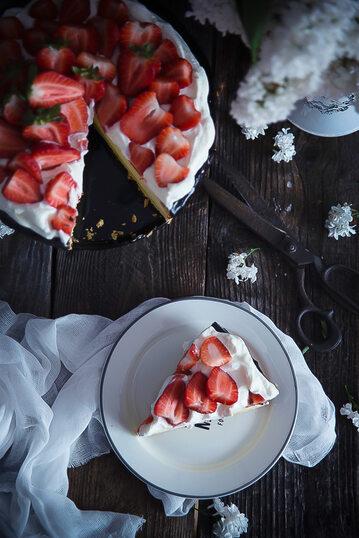 Sernik z truskawkami i bitą śmietaną