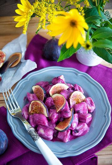 Serowe kluseczki z sosem jagodowym i figami