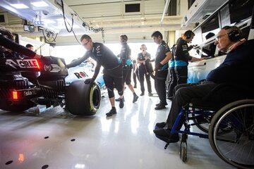 Sir Frank Williams w garażu