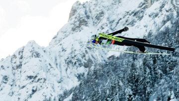 Skoczek narciarski w locie (zdj. ilustracyjne)
