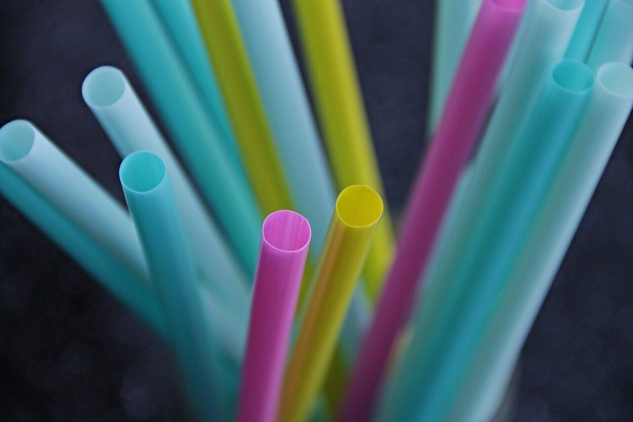 Słomki z plastiku