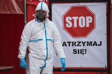 Służby medyczne wciąż walczą z koronawirusem, zdjęcie ilustracyjne