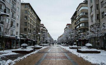 """Słynny deptak """"Vitosha"""", jedna z najpopularniejszych ulic w Sofii, stolicy Bułgarii. 1 kwietnia 2020 r."""