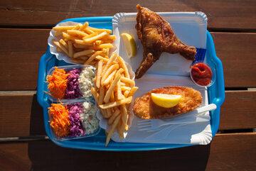 Smażona ryba z frytkami - jedno z najpopularniejszych dań nad Bałtykiem