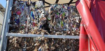 Śmieci przewożone przez kierowcę ciężarówki