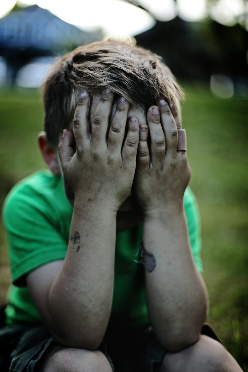 Smutny chłopiec, zdj. ilustracyjne