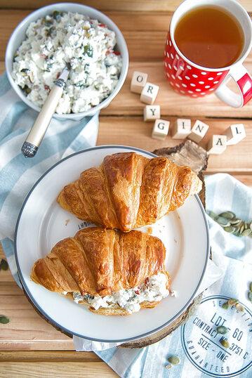 Śniadaniowe croissanty z twarożkiem i pestkami dyni