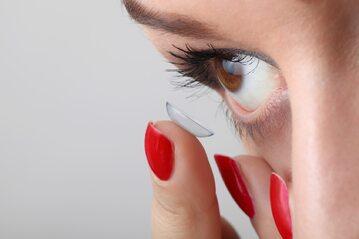 Soczewki kontaktowe, fotografia ilustracyjna
