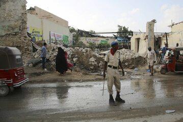 Somalia, resztki restauracji w Mogadiszu po wybuchu bomby-pułapki (marzec 2021 r.)