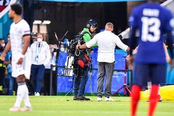 Spadochroniarz na meczu Francja vs Niemcy