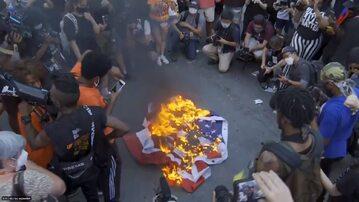 Spalenie flagi USA w Waszyngtonie
