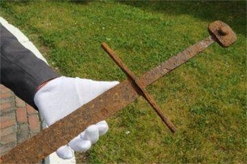 Średniowieczny miecz pochodzący z XIV w.