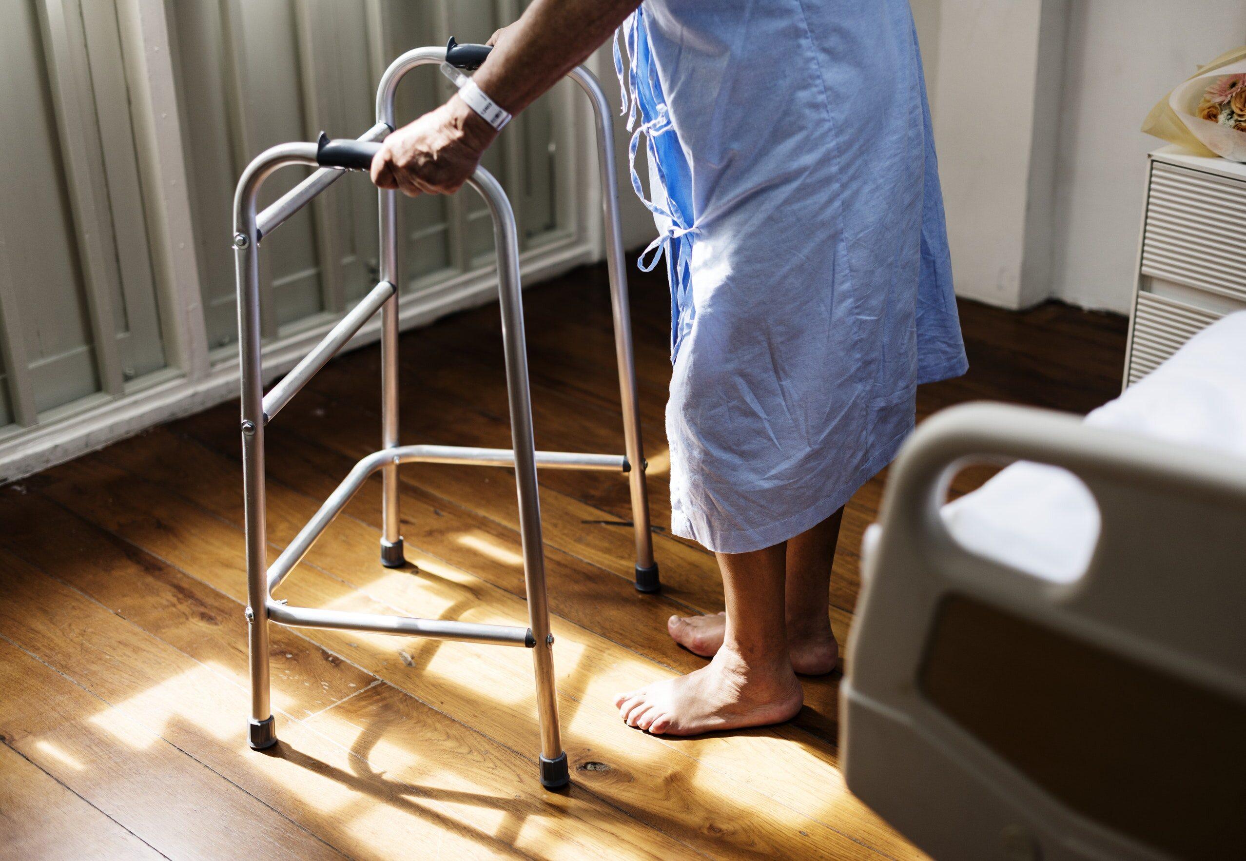 Starsza kobieta z balkonikiem, zdjęcie ilustracyjne