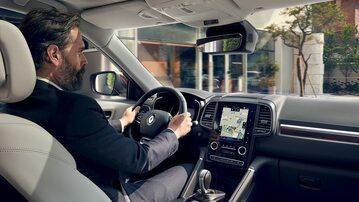 Starszy kierowca podczas jazdy