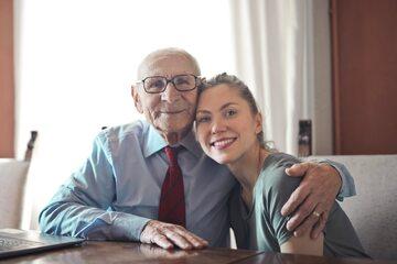 Starszy mężczyzna i młoda kobieta