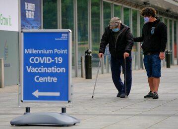 Starszy mężczyzna w drodze do punktu szczepień w Birmingham