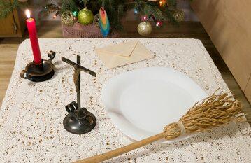 Stół przygotowany na wizytę duszpasterską