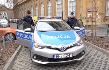 Stołeczna policja kontrolująca osoby w kwarantannie
