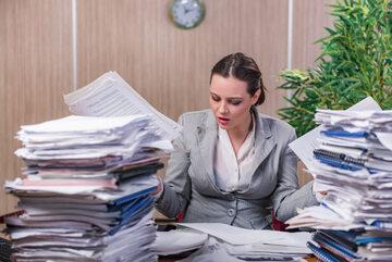 Stos dokumentów na biurku, zdjęcie ilustracyjne