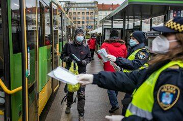 Straż miejska rozdaje maseczki na ulicy. Poznań, 8 kwietnia