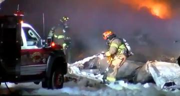 Strażacy pracujący na miejscu katastrofy