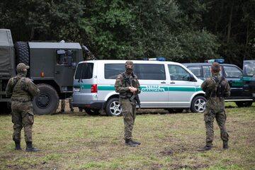 Strażnicy graniczni i żołnierze blokujący przejście migrantom na granicy polsko-białoruskiej w Usnarzu Górnym