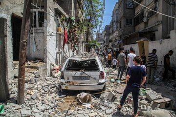 Strefa Gazy. Palestyńczycy na zbombardowanej ulicy, maj 2021 r.